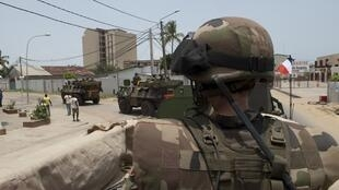Des soldats français bord d'un véhicule blindé léger de la Force Licorne à Abidjan, le 3 avril 2011.
