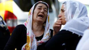 Imagem de mães chorando mortos e feridos do atentado de Gaziantep, de 20 de agosto, na Turquiactimes de l'attentat de samedi soir.