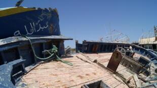 A Lampedusa, le cimetière de bateaux des migrants fait face au port. C'est là entre autres que les membres du collectif Askavusa (« pieds-nus » en sicilien) ont récupéré les objets ayant appartenu aux migrants, qu'ils exposent dans le musée Porto M.