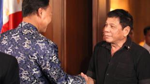 Tổng thống Philippines Rodrigo Duterte (P) gặp đại sứ Trung Quốc Triệu Kiếm Hoa (Zhao Jianhua) ít ngày trước khi Tòa Trọng Tài Thường Trực La Haye ra phán quyết về vụ kiện Biển Đông, 12/07/2016.