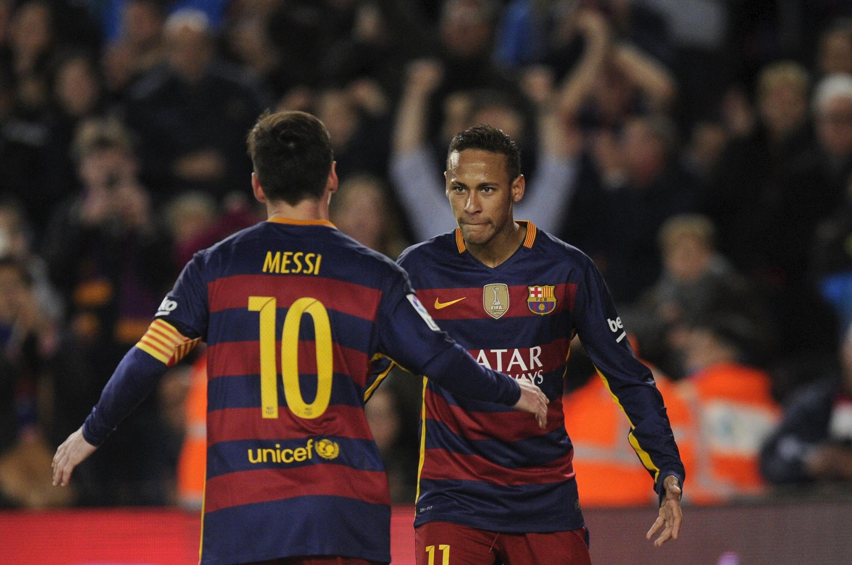 Lionel Messi akiwa na mchezaji mwenzake Neymar da Silva