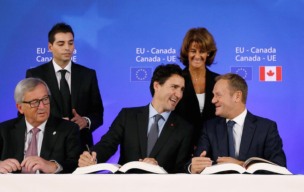 слева направо: Жан-Клод Юнкер, Джастин Трюдо и Дональд Туск в Брюсселе 30 октября 2016
