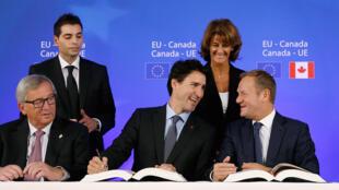 Waziri mkuu wa Canada, Justin Trudeau (katikati) akiwa na rais wa umoja wa Ulaya, Jean-Claude Juncker (kushoto wa kwanza) pamoja na mkuu wa tume ya Ulaya, Donald Tusk, October 30, 2016