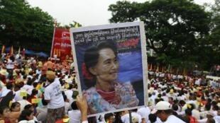 Hàng chục ngàn người biểu tình tại Rangoon ngày 17/05/2014, đòi sửa đổi Hiến pháp 2008,