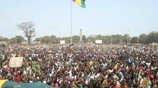Des opposants manifestent à Conakry pour demander la tenue d'élections libres le 18 février 2013.