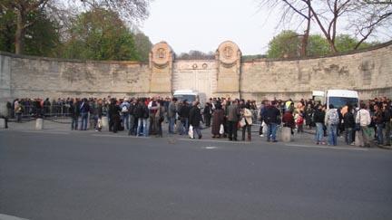 Утро перед воротами парижского кладбища Пер-Лашез.