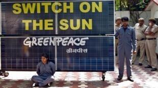 Des militants de Greepeace en Inde enchaînés à des panneaux solaires à Delhi, en mai 2013.