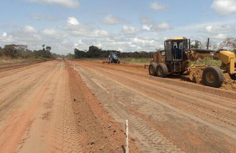 Construction de la route reliant Etoumbi à Makoua, dans la région de Cuvette-Ouest, en République du Congo.