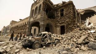 Le bâtiment du ministère de la Défense de Sanaa en partie détruit par des bombardements de la coalition saoudienne, le 10 juin 2015.