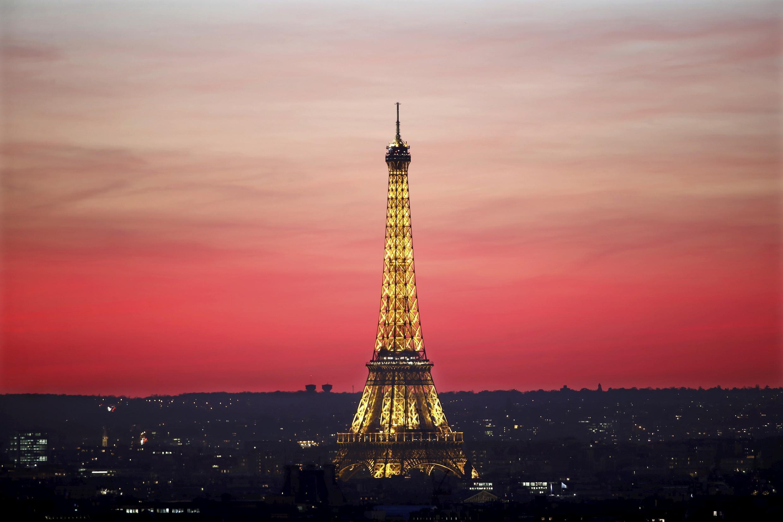 Tháp Eiffel khi hoàng hôn buông xuống.