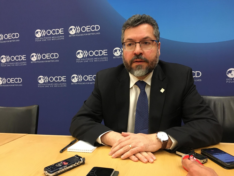 O chanceler Ernesto Araújo durante entrevista na sede da OCDE, em Paris, em 23/05/19.