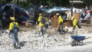 Dans les rues, la vie reprend son cours malgré le décor de désolation des décombres.