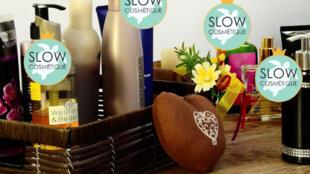 O movimento Slow Cosmetique com o seu selo de qualidade promove as marcas que respeitam o meio ambiente e o nosso corpo