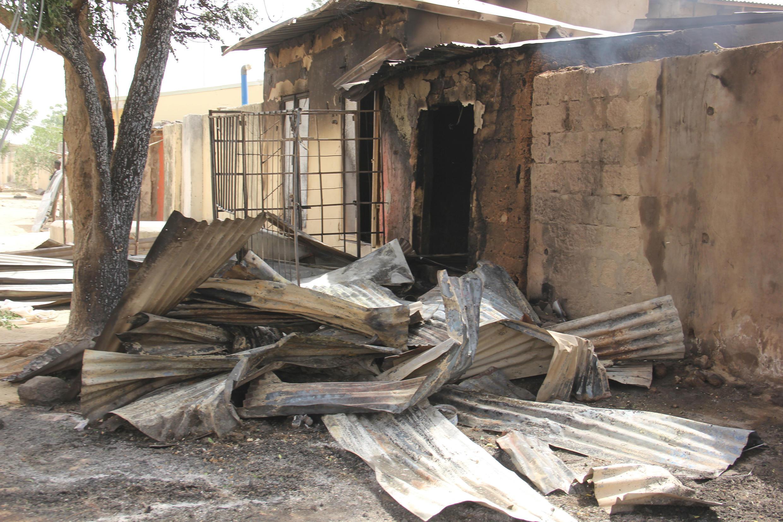 Imagen de unos comercios incendiados en un ataque yihadista el día anterior tomada el 10 de febrero de 2020 en Auno (Nigeria)