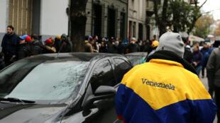 Dans les rues de Buenos Aires, des Vénézuéliens font la queue pour voter contre le président Maduro, un vote  non officiel, le 16 juillet 2017.