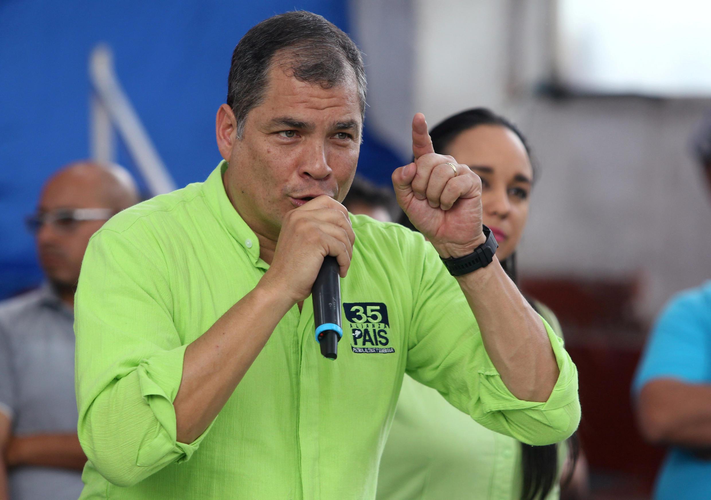 El ex presidente de Ecuador, Rafael Correa, habla a sus simpatizantes, el 29 de noviembre de 2017 en Quito.