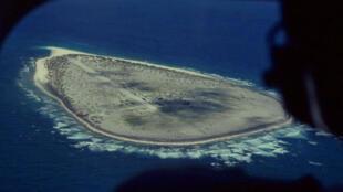 Vue aérienne de l'île Tromelin où l'on distingue la petite piste d'atterrissage.
