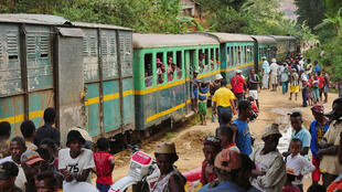 Le train «Fianar-Manakara» fait une halte dans l'un des nombreux petits villages du parcours pour charger et décharger des marchandises. Il permet l'un des rares contacts avec le monde extérieur pour de nombreux habitants de la zone enclavée.
