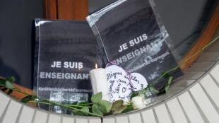 L'hommage devant le collège où enseignait le professeur d'histoire, à Conflans-Sainte-Honorine, ce samedi 17 octobre 2020.