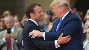 Tổng thống Emmanuel Macron (T) và nguyên thủ Mỹ Donald Trump, tại Colleville-sur-Mer. Ảnh ngày 06/06/2019.