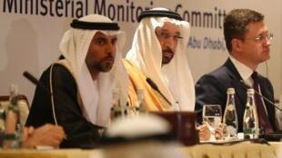 O Ministro saudita da energia, Khalid al-Falih, ladeado pelo seu homólogo russo, Alexander Novak (à direita) e pelo emir Suhail Mohammed Faraj al-Mazroui (à esquerda), durante a reunião de Abou Dhabi, a 11 de Novembro de 2018.