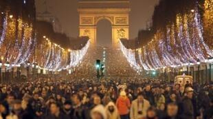 Comemoração do Ano Novo na avenida Champs-Elysées em Paris.