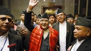 Ông  Khadga Prashad Sharma Oli (áo đỏ) sau khi được bầu làm thủ tướng Nepal ngày 11/10/2015.
