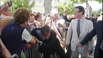 O presidente Nicolas Sarkozy foi agredido enquanto cumprimentava moradores no interior da França.