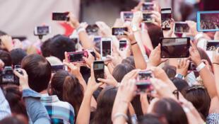 """""""Zumbis dos celulares"""" fazem parte de um fenômeno mundial, diz jornal Aujourd'hui en France."""