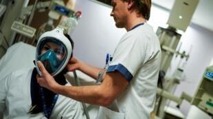 Equipe testa máscara de mergulho Decathlon transformada em respirador artificial em hospital de Bruxelass, le 27 mars 2020.
