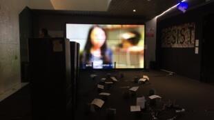 L'exposition réunit une partie des installations «Me Too» qui ont circulé en Chine ces derniers mois dont des témoignages de femmes diffusés via une trentaine de haut-parleurs installés à même le sol.