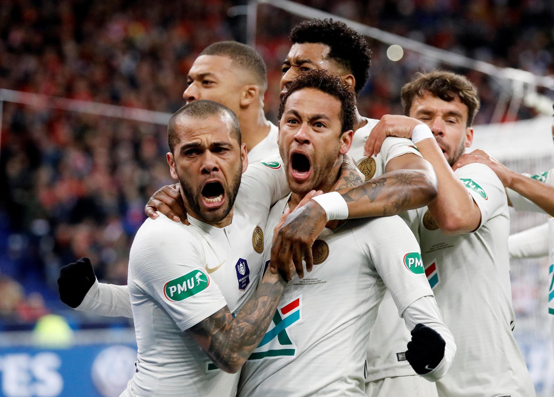 Neymar e Dainel Alves comemoram o primeiro gol do PSG na final da Copa da França.