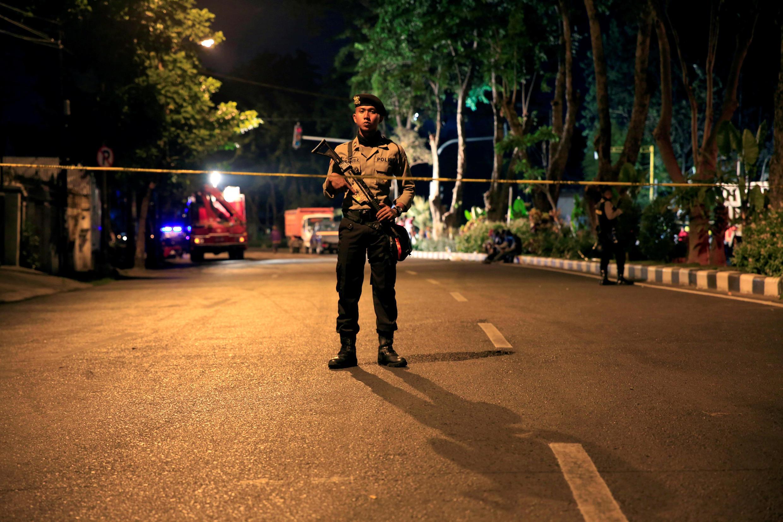 Un policier monte la garde après une série d'attaques à la bombe contre des églises à Surabaya, le 13 mai 2018.