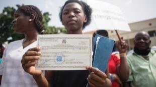 Miembro de la asociación Reconoci. Do exhibe su certificado de nacimiento, expedido por el registro Electoral, durante una manifestación frente al palacio presidencial, Santo Domingo, 12 de julio de 2013.