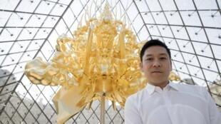 """""""Throne"""", un trono flotante de 10,4m de altura completamente cubierto de hoja de oro, del artista japonés Kohei Nawa, bajo la Pirámide del Louvre."""