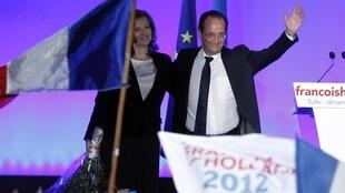 O presidente eleito francês, François Hollande, ao lado de sua mulher, a jornalista Valerie Trierweiler, durante discurso em Tulle, na noite deste domingo.