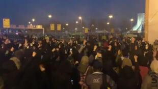 معترضان به شلیک موشک سپاه پاسداران به هواپیمای مسافربری اوکراینی، شامگاه یکشنبه ۲۲ دیماه در میدان آزادی تهران و چند شهر دیگر تجمع کردهاند و علیه سپاه و رهبر جمهوری اسلامی شعار میدهند.