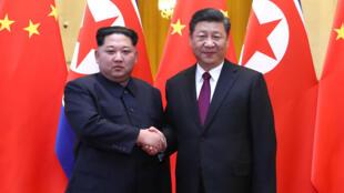 Lãnh đạo Bắc Triều Tiên Kim Jong Un (T) và chủ tịch Trung Quốc Tập Cận Bình, tại Bắc Kinh. (Ảnh Tân Hoa Xã công bố ngày 28/03/2018)