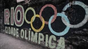 Un graffiti avec le logo des Jeux olympiques. Rio de Janeiro, Brésil, le 4 juin 2016.