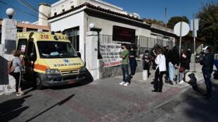 File d'attente pour un test Covid-19 devant un hôpital de Thessalonique, le 14 novembre 2020.