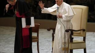 2013年2月13日,梵蒂冈教廷本笃十六世宣布退位消息后首次公开露面,主持周三的例行接见活动。