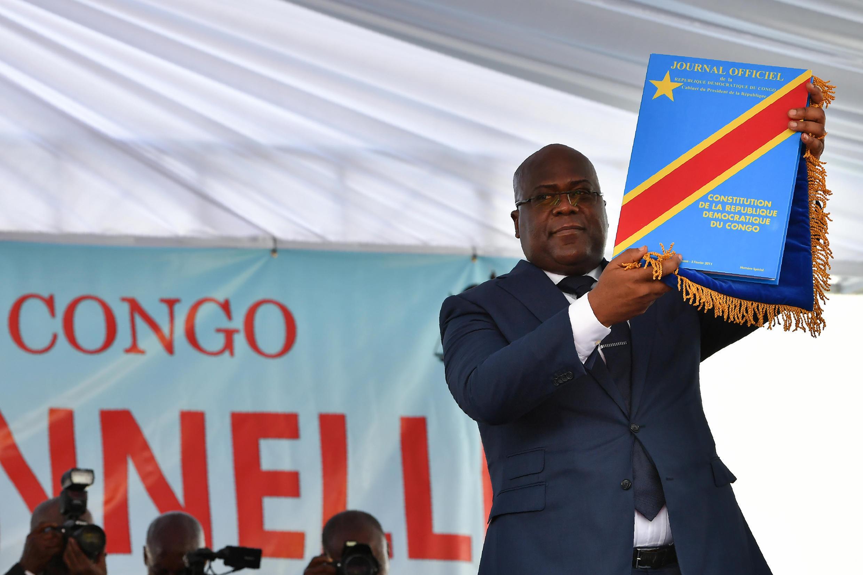Rais Mteule wa DRC Felix Tshisekedi, akishikilia Katiba mkononi, wakati wa sherehe ya kuapishwa, Kinshasa, Januari 24, 2019.