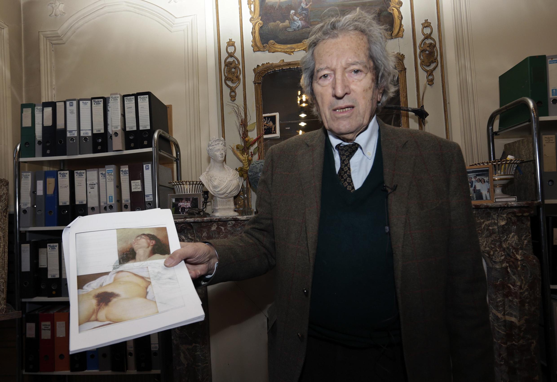Jean-Jacques Fernier, experto del Instituto Courbet de París, muestra uno de los estudios realizados sobre el cuadro encontrado en 2010.
