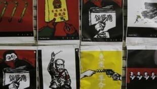 Ảnh tư liệu: Bản sao các bức vẽ của họa sĩ Ba Đâu Thảo (Badiucao) được trưng bày trong một hiệu sách nhỏ ở Hồng Kông năm 2018.