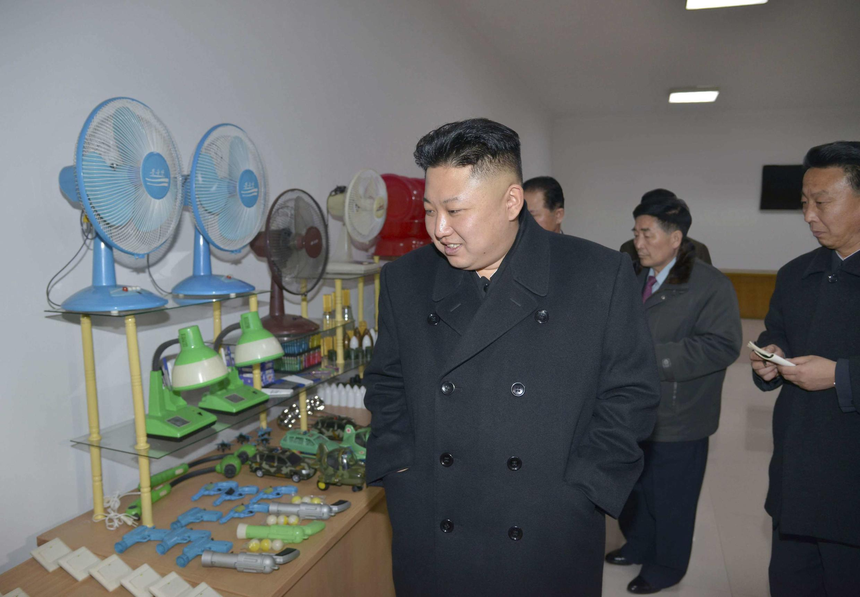 le leader nord-coréen Kim Jong-un visite une usine, le 3 mars (image transmise par l'agence nord-coréenne KCNA).