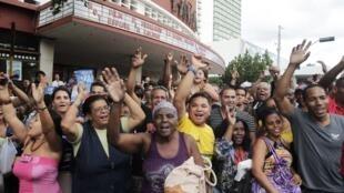 Người dân La Habana reo hò vui mừng khi biết tin Mỹ Cuba bình thường hóa bang giao - REUTERS/Stringer