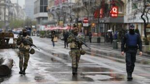 Patrouille dans le centre de Bruxelles soumis à un état d'alerte maximal.