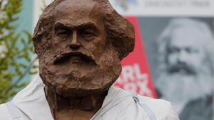 La statue en bronze de Karl Marx, créée par l'artiste chinois Wu Weishan, en cours d'installation à Trèves, le 13 avril 2018.