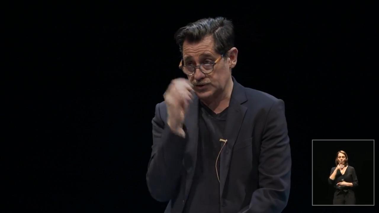 Olivier Py, le directeur artistique du Festival d'Avignon, lors de la présentation en ligne de la 75e édition, programmée entre le 5 et 25 juillet.  © Captation d'écran / Siegfried Forster / RFI
