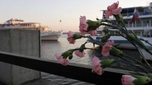 """Цветы в память о погибших пассажирах """"Булгарии"""""""